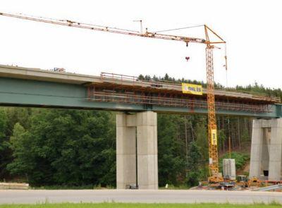 Věžový jeřáb Liebherr 42 KR.1 staví železniční koridor na Benešovsku